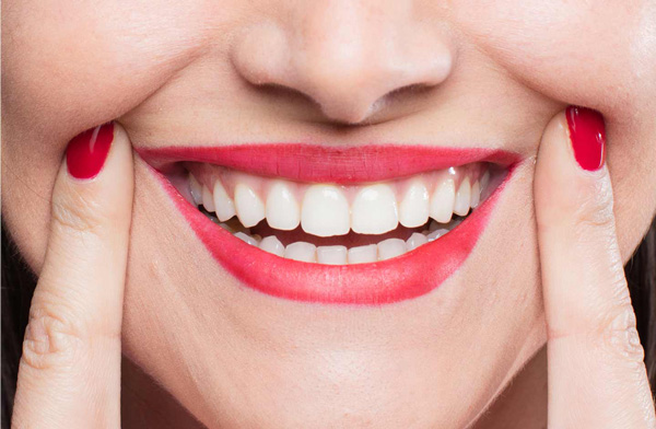 woman-smiling-showing-teeth